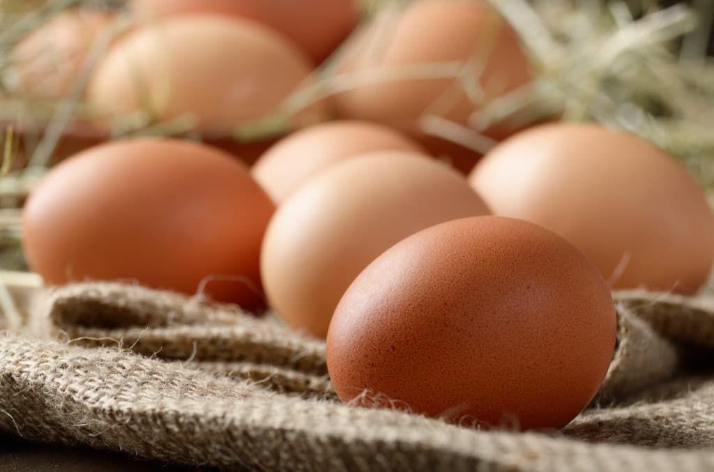 fresh-brown-organic-chicken-eggs-on-wooden-table-wmrxtup.jpg
