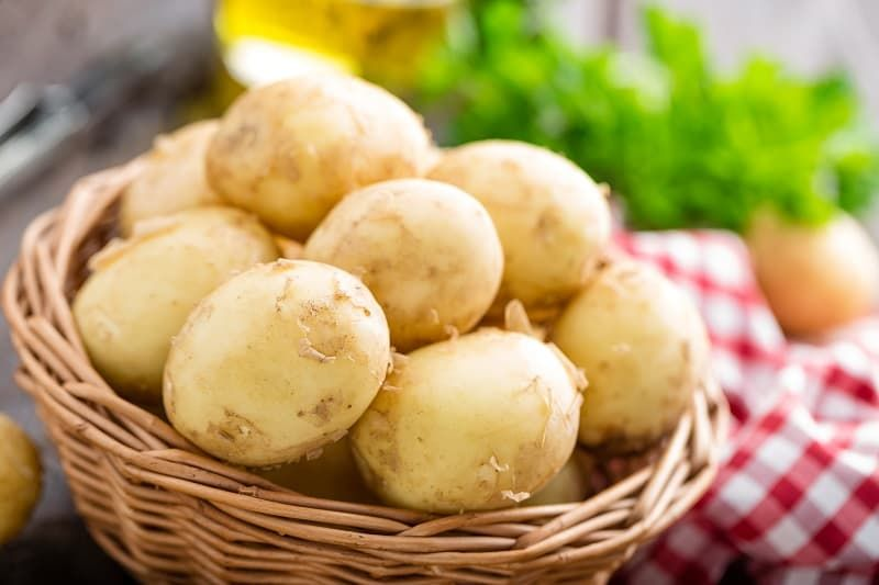 raw-potato-in-basket-on-wooden-table-closeup-puuqsg5.jpg
